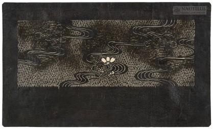 Katagami: Kwiaty wiśni nad strugami wody przecinającymi trawiastą łąkę